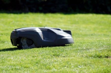 Mähroboter beim Rasen mähen